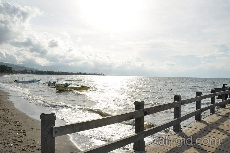 Пляжи с черным вулканическим песком на Бали на примере
